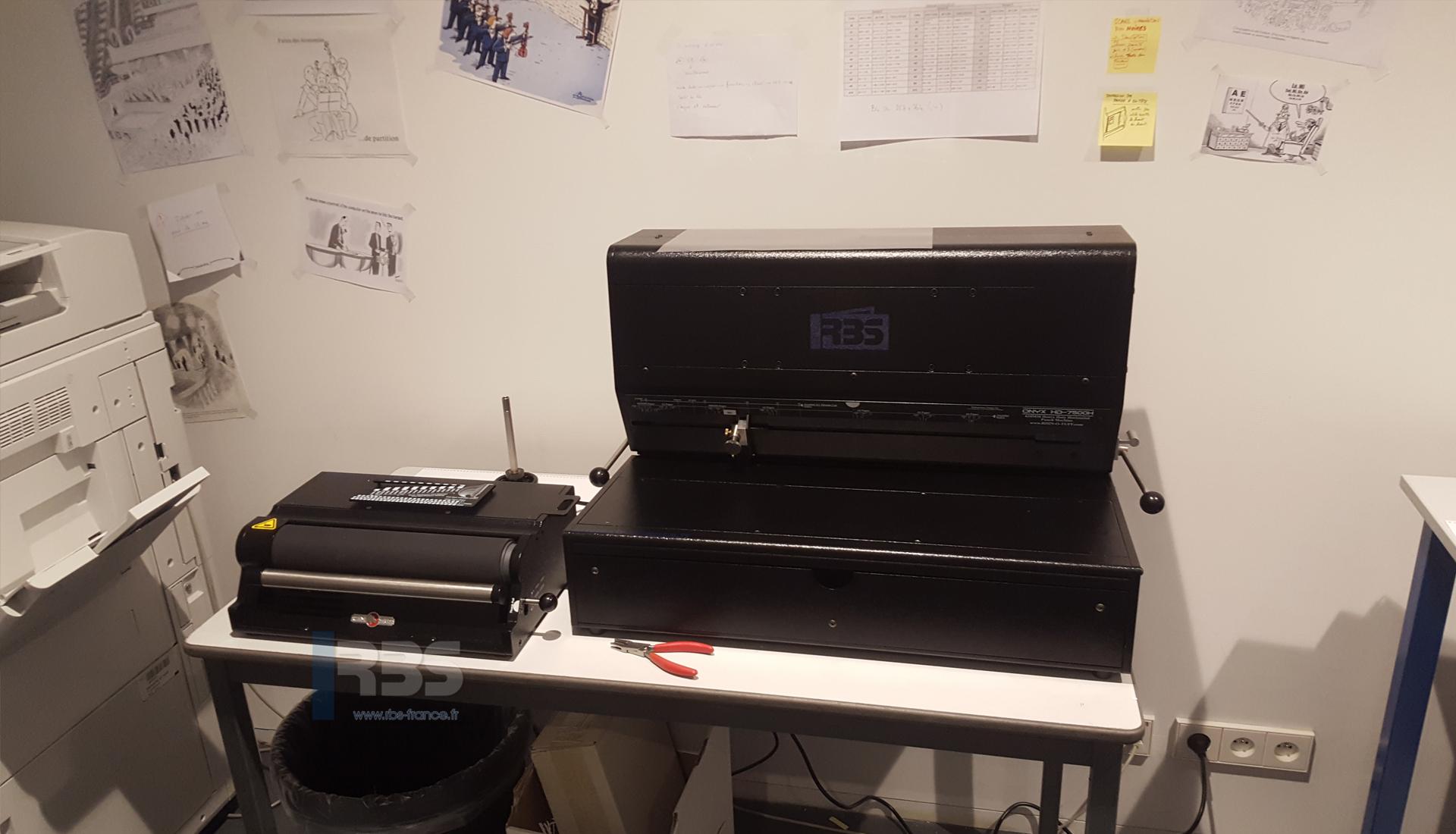 Reliure Grand Format Par Spirale Coil Avec Perforateur Onyx HD7500H Et Relieuse Eclectrique HD4170 Atelier Et Reprographie